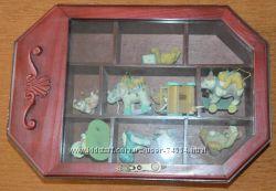 ящик красного дерева с игрушками и устройством музыкальной шкатулки