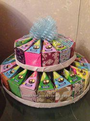 Торт из бонбоньерок и соков Фрузи, сумочка с конфетами