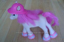 Эксклюзивная лошадка в съемной шляпе и туфлях