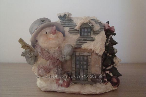 Снеговик с елкой, домиком и другими новогодними аксессуарами