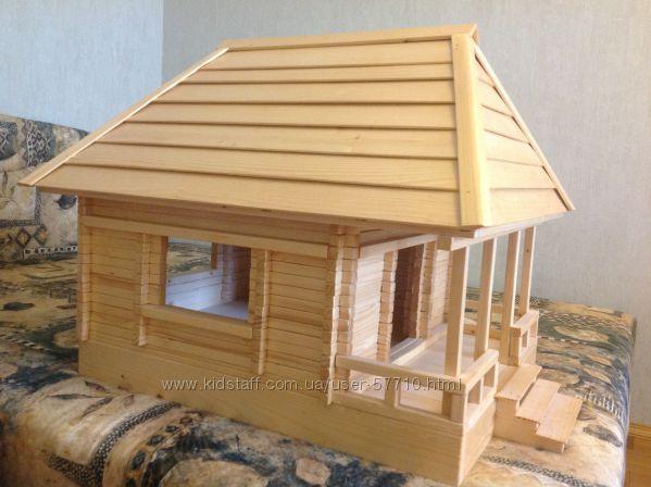 Огромный деревянный игрушечный домик.