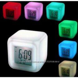 Часы-будильник меняет цвет
