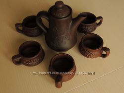 Чайник и глиняные чашки