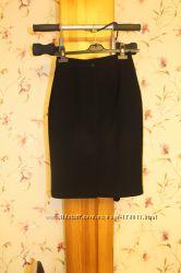черная прямая юбка со шлицей разрезом сзади