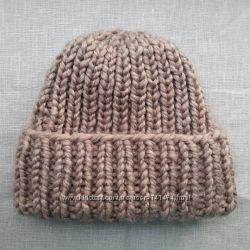 Вязаные шапки с заворотом из объемной пряжи. Ручная работа.