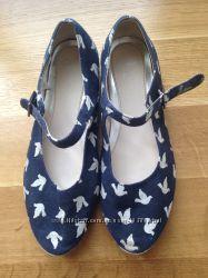 різне взуття для дівчинки