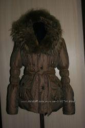 Куртка-пуховик зимняя, с мехом енота.