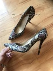 Очень красивые фирменные туфли бренда Stuard Weitzman с крокодильей кожи.