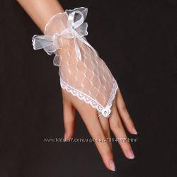 Свадебные перчатки короткие, белые и красные.