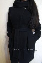 Теплое пальто, с капюшоном, черное силуэтное с поясом от rolandi.