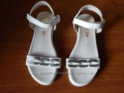 Новые кожаные босоножки Tiranitos для девочки 34-й размер
