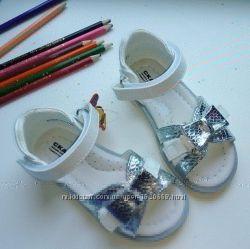 класснючие красивые белые с серебрянным кожаные босоножки сандалии