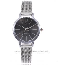 Наручные часы женские с ремешком серебристого цвета чер и бел код 399