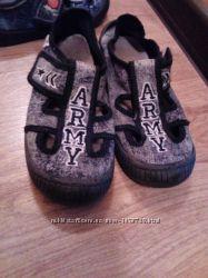 Продам перезувне взуття для хлопчика в гарному стані,