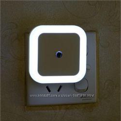 Светильник ночник в розетку с датчиком освещения LED