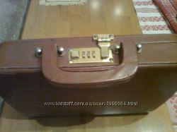 Кожаный портфель-сумка с кодовым замком. Имееся длинная ручка