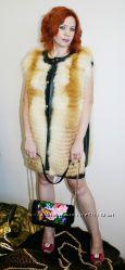 Оригинальный, меховый жилет из высветленной лисы