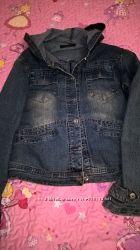 Модная джинсовая куртка для стильной мамочки с капюшоном